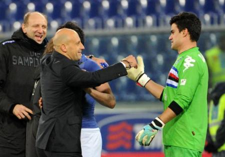 Di Carlo cumprimenta Ângelo Da Costa, brasileiro que defendeu dois pênaltis na noite (www.sampdoria.it)