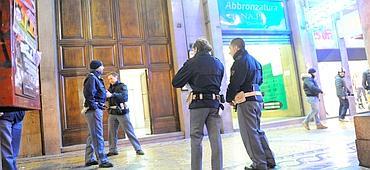 Agentes policiais na porta do estúdio da Telenord (Pambianchi)